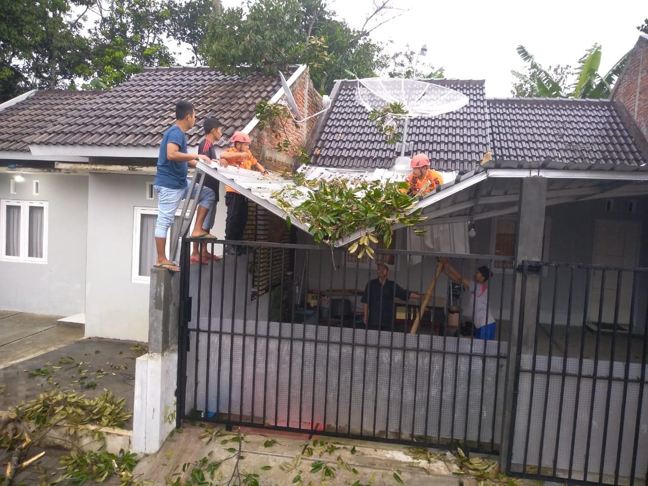 lima-rumah-di-soropadan-rusak-diterjang-angin-puting-beliung