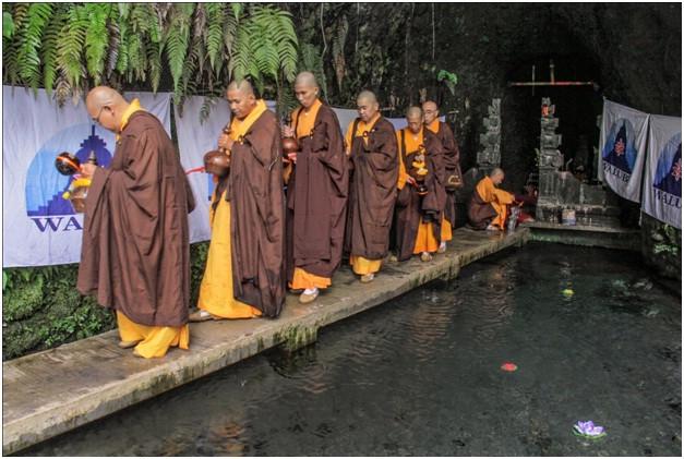 ritual-pengambilan-air-berkah-waisak-2563-be-di-umbul-jumprit