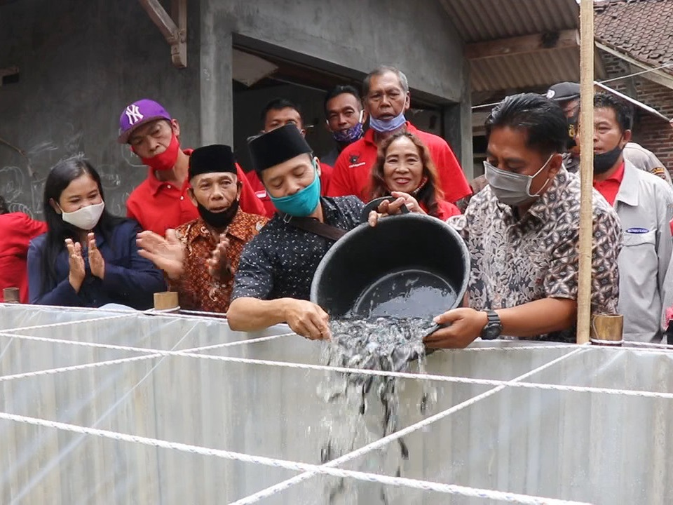 Ketua DPRD Tebar Benih Ikan Patin